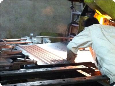 鳄鱼嘴防滑板生产